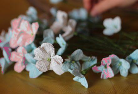Mistrzyni Halina Brzazgacz uczy tworzenia  kwiatów z bibuły