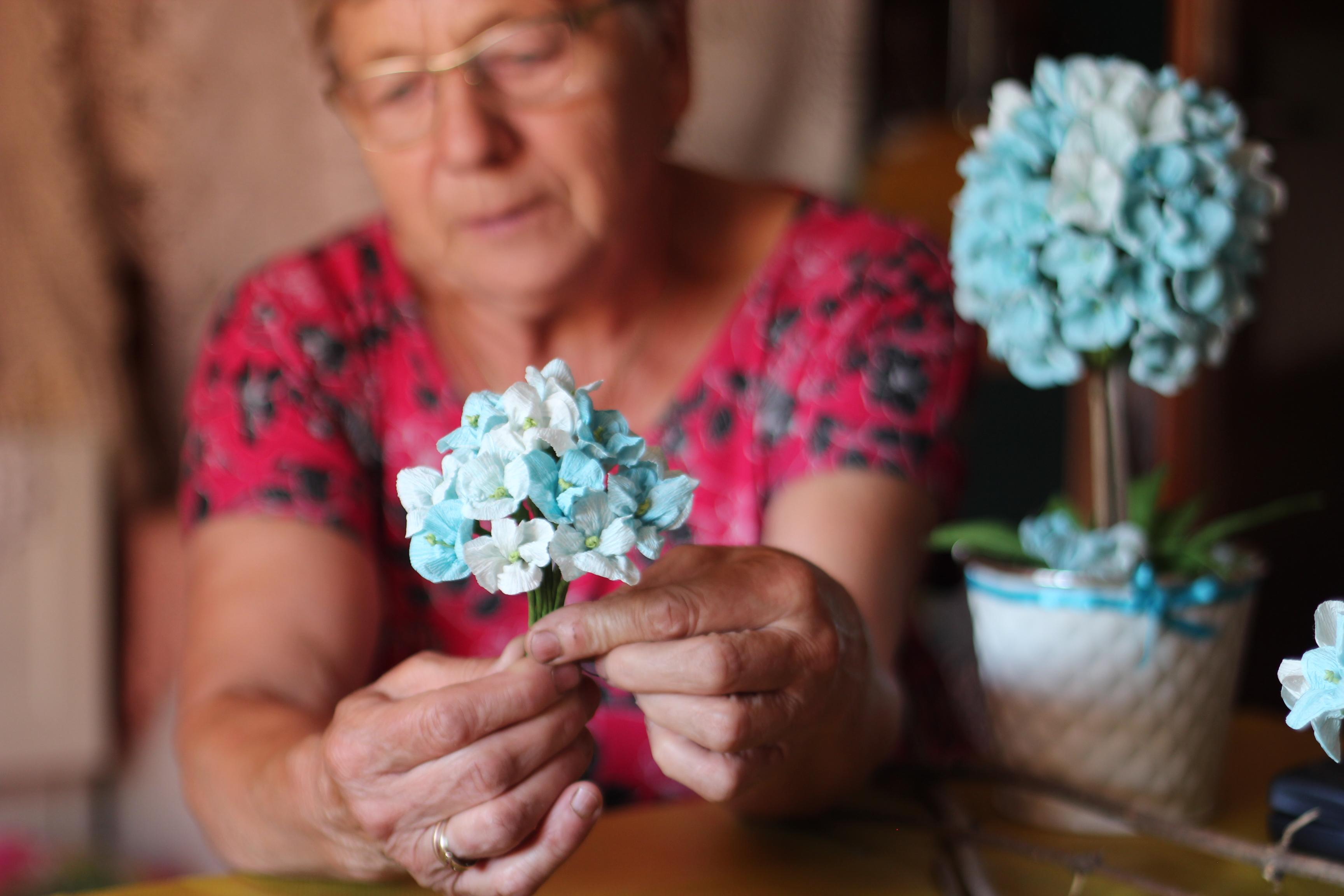 Halina Brzazgacz podczas pracy nad  hortensją
