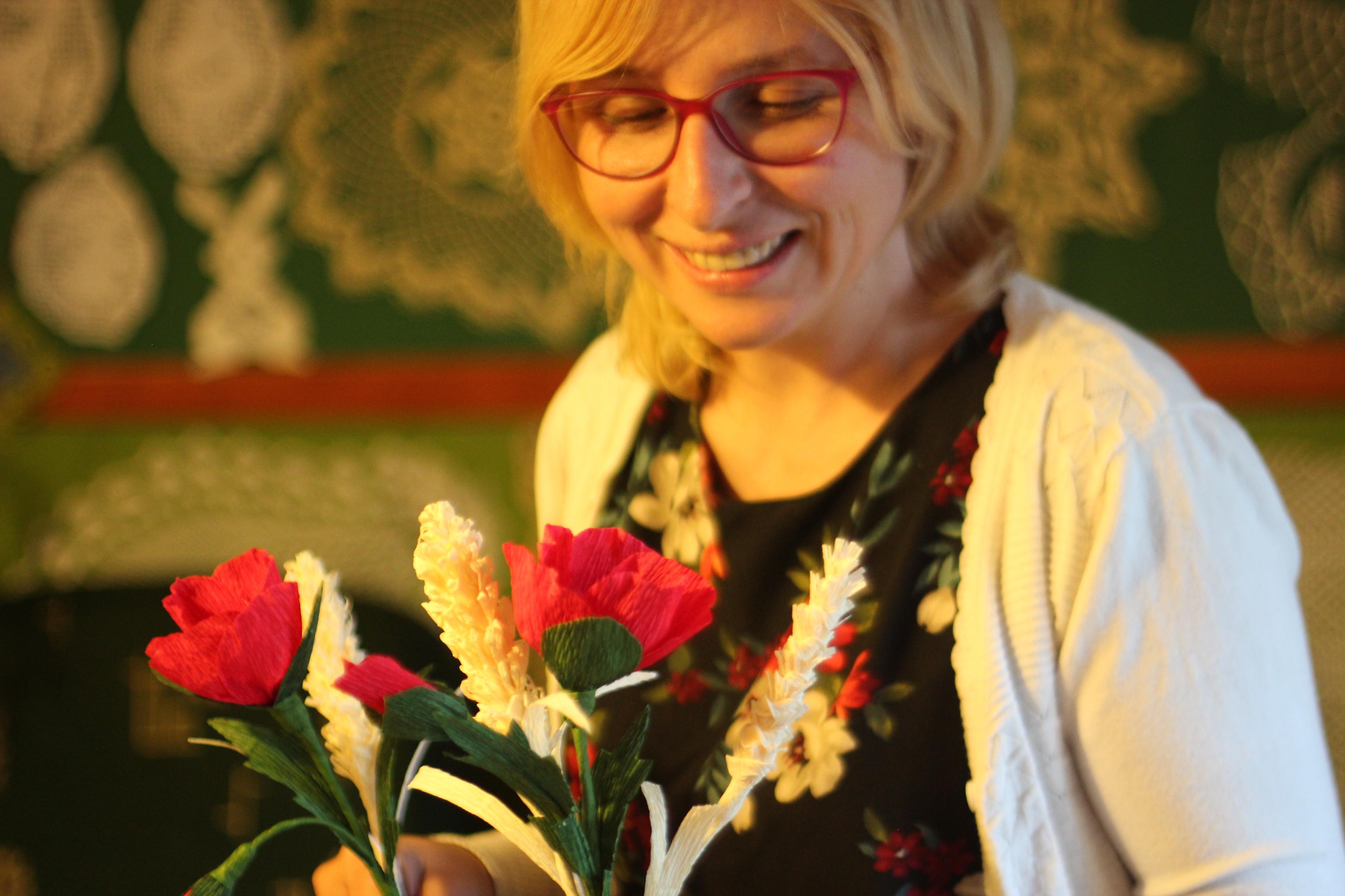Agnieszka Kołacz z makami i kłosami
